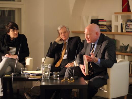 David Kilgour (vlevo) a Ethan Gutmann (vpravo) na besedě v Knihovně Václava Havla upozornili na nové důkazy ohledně nelegálního odebírání orgánů, ke kterému dochází v čínských věznicích. (foto: LPBH)
